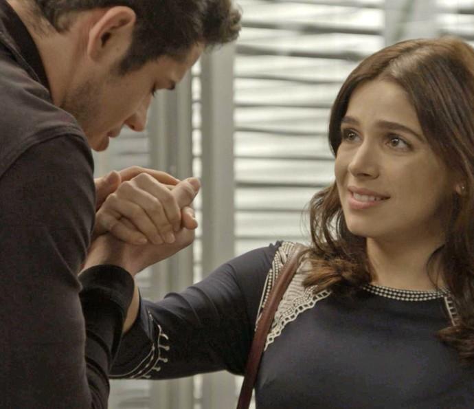 Shirlei até estranha a atitude do vizinho (Foto: TV Globo)