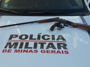 Duas armas foram apreendidas pela Polícia Militar (Foto: Natália Jael/InterTv)