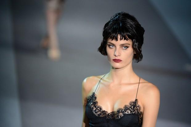 Isabeli Fontana desfila pela Louis Vuitton (Foto: AFP / Agência)
