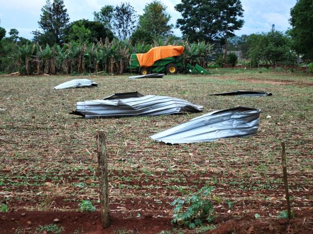 Propriedade rural também teve cobertura destruída (Foto: Joelso Gonçalves/Aral Moreira News)