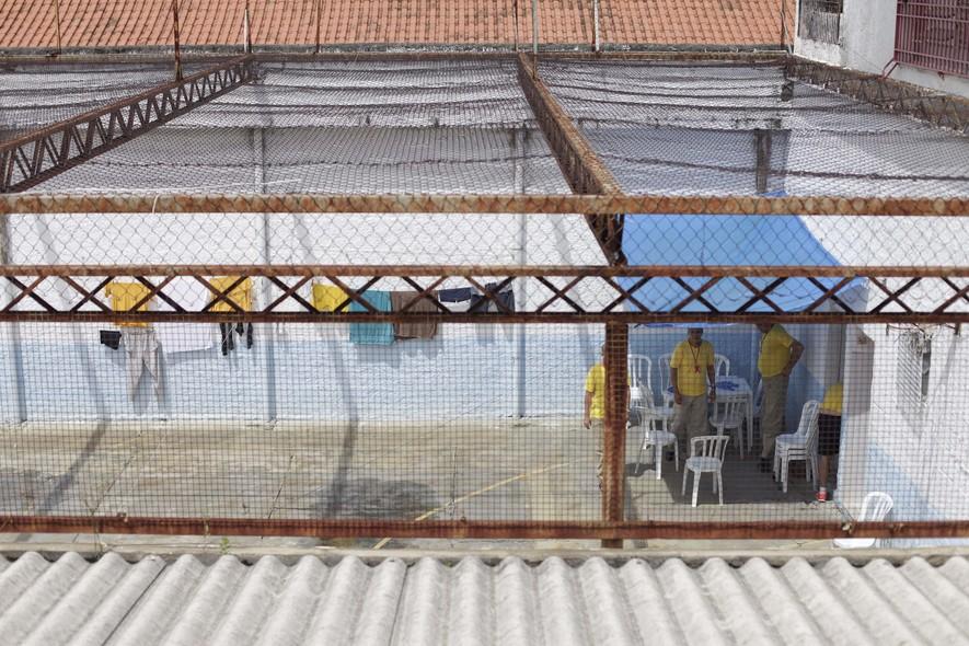 Num dos pátios do Romão Gomes, os presos tomam sol, fazem exercícios físicos e jogam xadrez