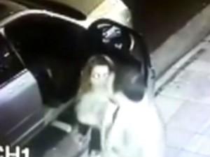 Vítima estava na frente de clube quando recebeu a cotovelada (Foto: Reprodução/TV TEM)