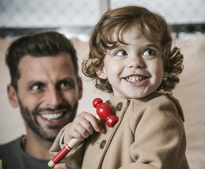 """Duda já sabe falar """"papai"""" e aponta fica confusa quando vê Henri na TV (Foto: Raphael Dias/Gshow)"""