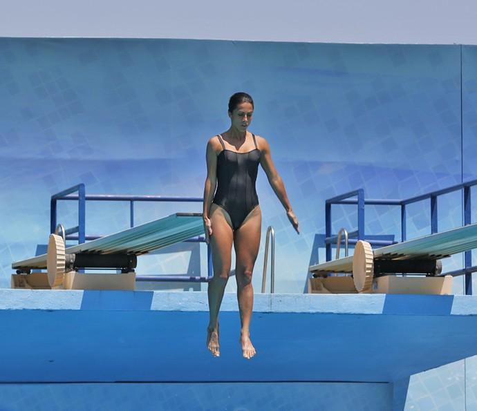 Estátua! Carol Barcellos salta sem medo (Foto: Ellen Soares/Gshow )