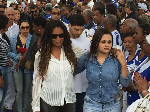 Selminha Sorriso no enterro do marido na tarde desta terça-feira (27) (Foto: Matheus Rodrigues/G1)