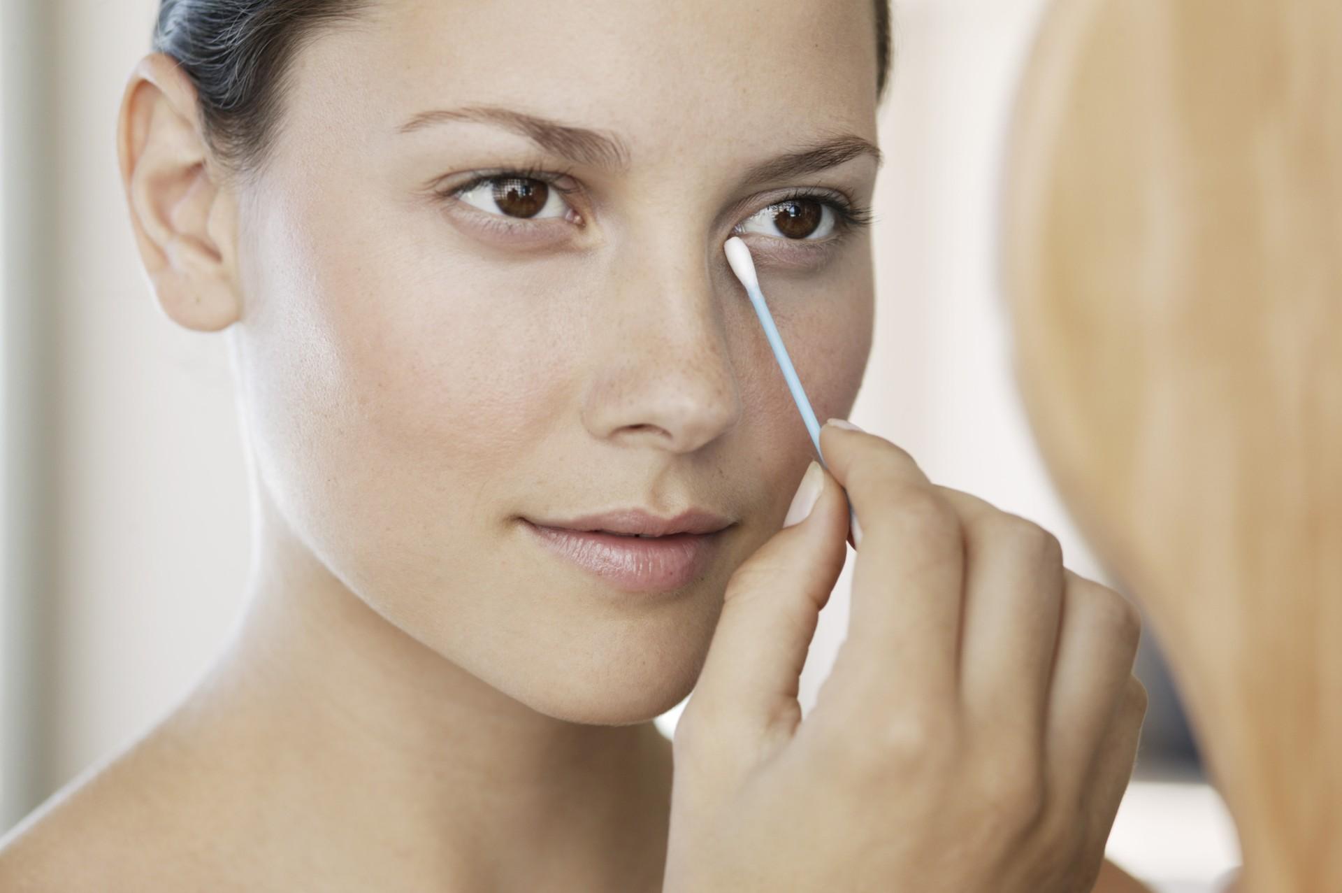 Cotonete pode ser usado para transportar e retocar a maquiagem (Foto: Think Stock)
