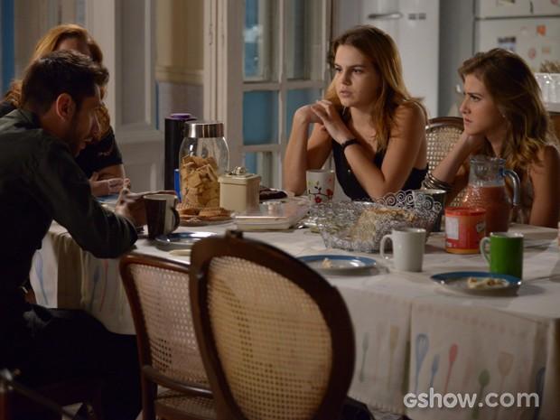 Anita e Sofia ficam em choque com a notícia (Foto: Raphael Dias / TV Globo)