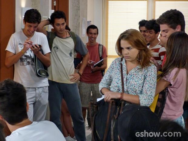 Anita é zoada por todos, mas não entende o motivo (Foto: Malhação / TV Globo)
