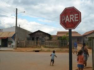 Placa de sinalização foi instalada em Ariquemes, RO (Foto: Franciele do Vale/G1)