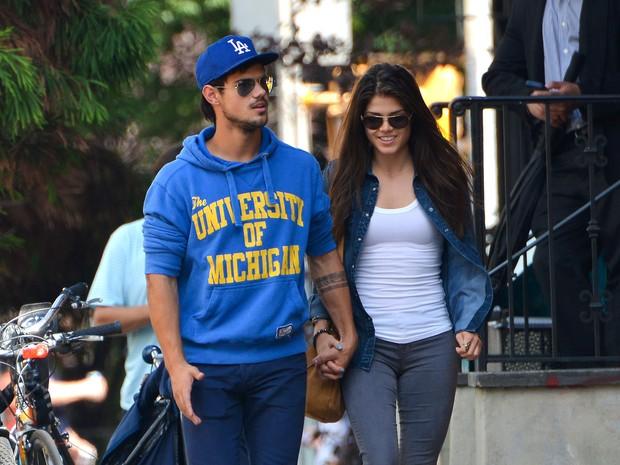 Taylor Lautner e a namorada, Marie Avgeropoulos, em Nova York, nos Estados Unidos (Foto: AKM-GSI Brasil/ Splash News)