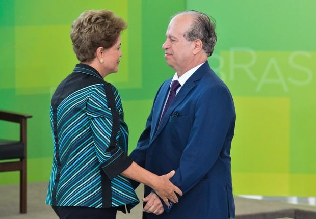 Dilma Rousseff cumprimenta o novo ministro da Educação, Renato Janine Ribeiro, na posse dele (Foto: Antonio Cruz/ABr)