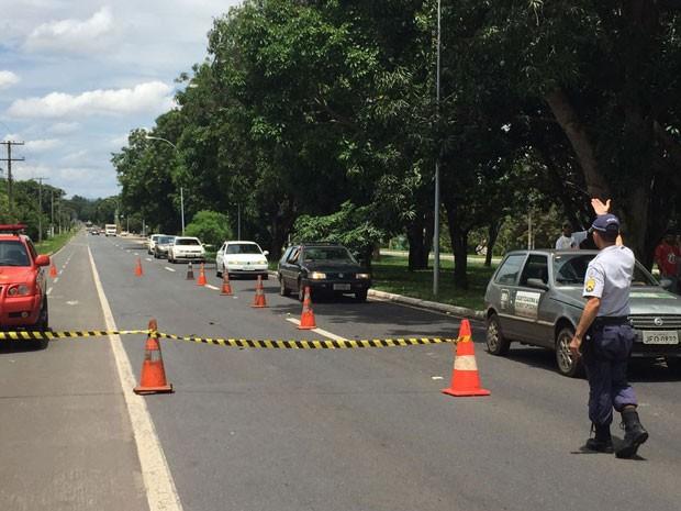 Policiais militares controlam trânsito na QI 13, em Brasília, após homem levar choque enquanto pegava mangas (Foto: Alexandre Bastos/G1)