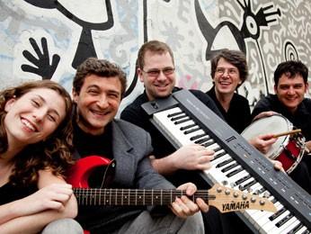 Ziskind, com a guitarra vermelha, compôs canções de Cocoricó e outros programas (Foto: Pedro Abreu / Divulgação)