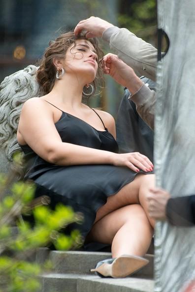 Ashley Graham é flagrada  pelas ruas de NY (Foto: Getty Images)