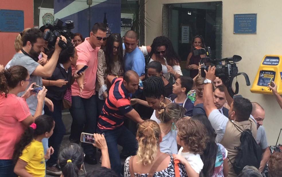 Muito assediada, Emilly deixa delegacia na Zona Oeste do Rio (Foto: Bruno Albernaz / G1)