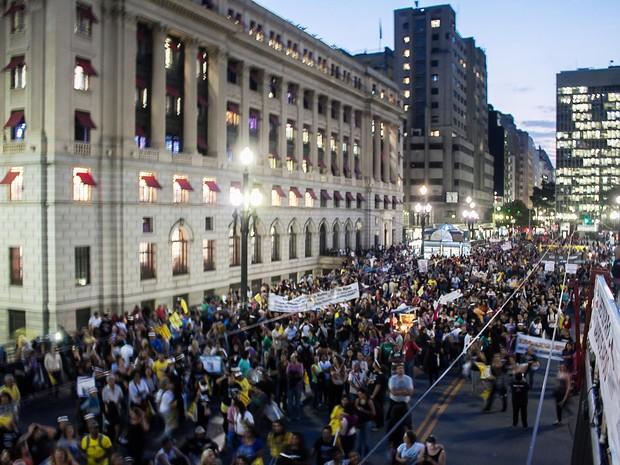 Manifestação de professores da rede estadual complica trânsito no Centro da capital paulista na noite desta terça-feira (13) (Foto: Taba Benedicto/Futura Press/Estadão Conteúdo)