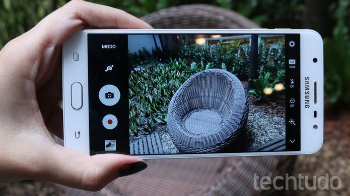 Galaxy J7 Prime vem com câmera frontal de 8 MP (Foto: Aline Batista/TechTudo)