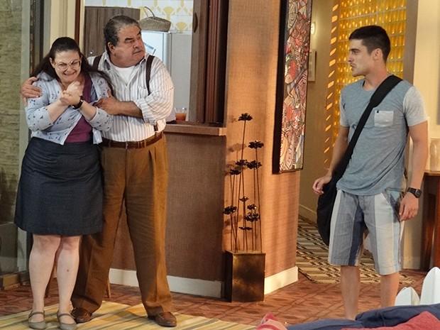 Bia e Vicente ficam assustados com a atitude de Gustavo (Foto: Gabriela Freitas/Gshow)