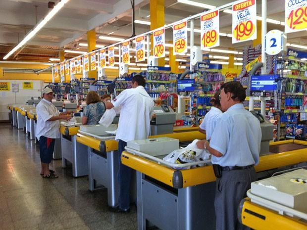 Mercado distribui sacolas na Zona Leste de São Paulo (Foto: Juliana Cardilli/G1)