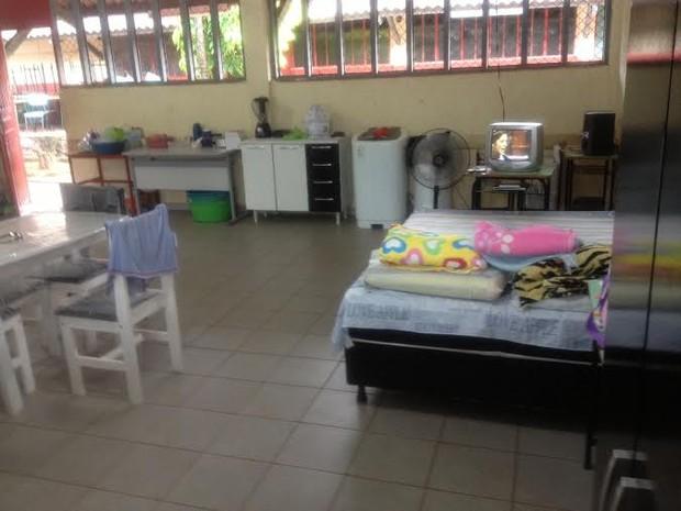 Há uma semana, o casal Maria do Carmo e Antônio Farias mora com a família em uma das salas de aula da Escola Municipal Maria Izaura  (Foto: Suzi Rocha/G1)