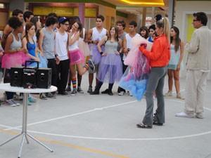 Com ajuda de Marcela, Excelsior prepara uma aula de balé para os alunos do Quadrante (Foto: Malhação / Tv Globo)
