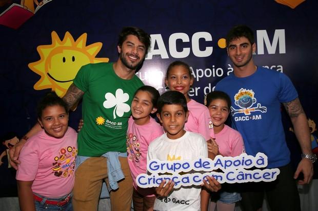 Ex-BBB Renan e amigo participam de feijoada beneficente em Manaus (Foto: Denilson santos/AgNews)