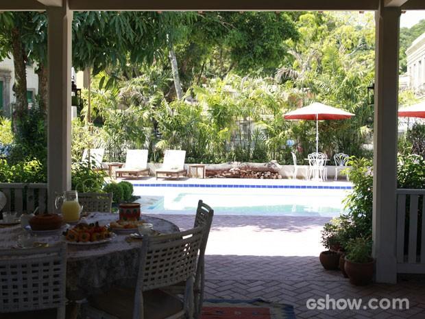 Uma ampla varanda fica em torno da piscina da casa da família (Foto: Ellen Soares/TV Globo)