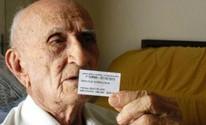 Eleitor de 99 anos coleciona comprovantes de votação (Gioras Xerez/G1)