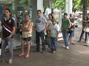 Em Maringá, apostadores tiveram que esperar na fila o retorno do sistema (Foto: Reprodução/RPC TV)