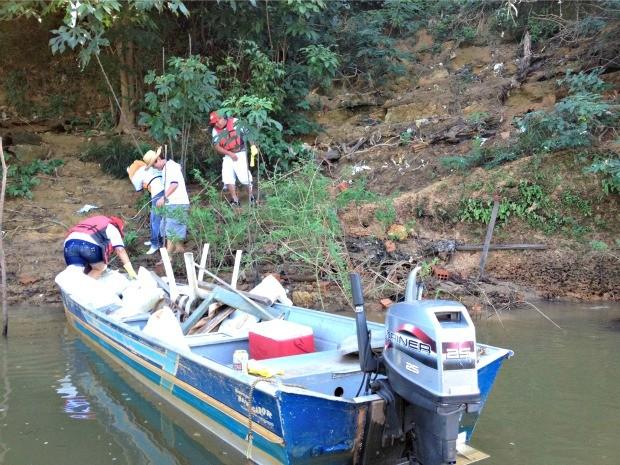 Voluntários recolhem lixo às margens do Rio Candeias (Foto: Vanessa Vasconcelos/G1)
