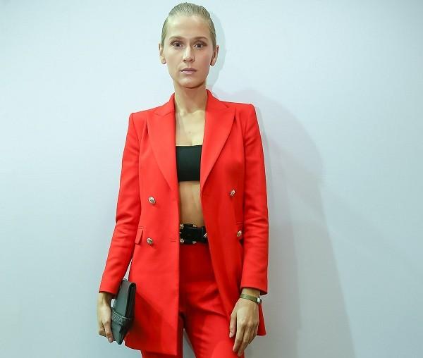 A modelo Celina Locks nos bastidores do desfile de Lenny Niemeyer nesta terça-feira (29) (Foto: Ag News)