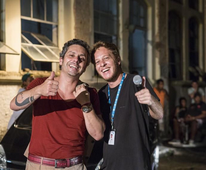 Alexandre Nero posa ao lado de Zé Perez, da equipe da produção de A Regra do Jogo (Foto: Ellen Soares/ Gshow)