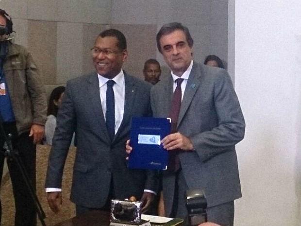 Ministro da Justiça, José Eduardo Cardozo (direita), e representante dos Correios lançam selo da campanha de combate ao tráfico de pessoas (Foto: Mateus Rodrigues/G1)