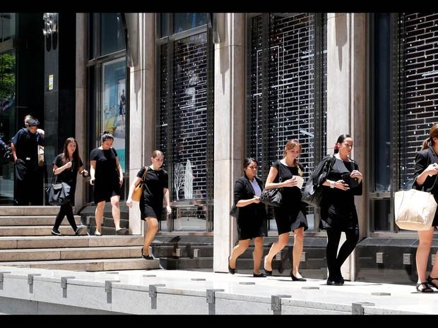 Polícia retira pessoas de prédios em área próxima ao café (Foto: Rob Griffith/AP)