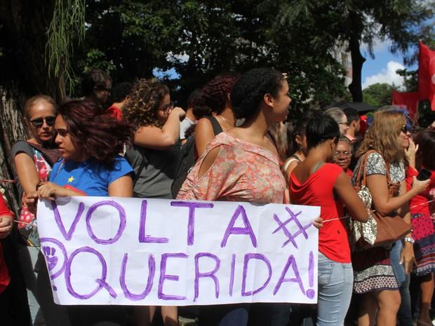 Dilma recebe apoio de simpatizantes em passagem pela UFPE, no Recife (Foto: Aldo Carneiro/Pernambuco Press)