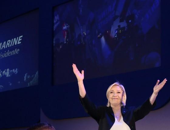 Marine Le Pen, candidata da extrema-direita da França, comemora chegada ao segundo turno. Foi a maior votação da história do seu partido, a Frente Nacional (Foto: Joel Saget / AFP)