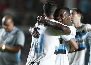Maicon e Lincoln se abraçam e comemoram empate do Grêmio contra o San Lorenzo (Foto: Lucas Uebel/Grêmio/Divulgação)
