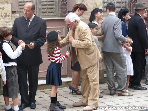 Avô de Pérola passa mal e deixa a neta sozinha na fila do cinema (Foto: Joia Rara/ TV Globo)