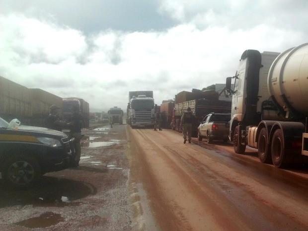 PRF foi ao local e caminhoneiros liberaram rodovia (Foto: Aldair Santos/Centro América FM)