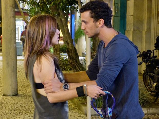 VISH! O Sal não quer deixar a Lia em paz! Que saco isso... (Foto: Malhação / Tv Globo)