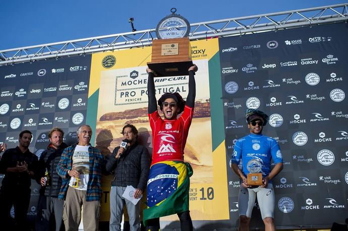 Filipinho comemora a vitória sobre Ítalo Ferreira na etapa portuguesa do Circuito Mundial de Surfe (Foto: Wsl/Kirstin Scholtz )