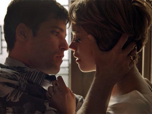 Alice não resiste e acaba nos braços de Murilo (Foto: TV Globo)