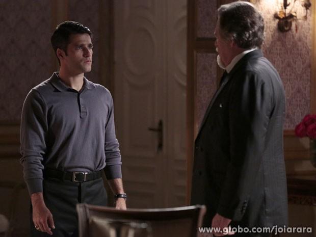 Joalheiro pede ajuda de Franz para descobrir quem anda roubando sua empresa (Foto: Fábio Rocha/TV Globo)