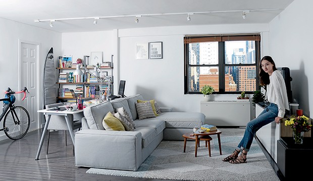 Bruna Tenório na sala de seu apartamento no bairro de Gramercy, em Nova York  (Foto:  )