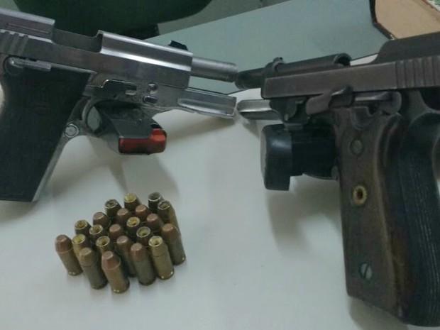 Duas pistolas foram apreendidas com os assaltantes (Foto: Divulgação SSPDS)