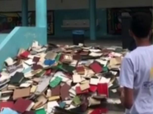 Escola recebe críticas após jogar livros pela janela em Sorocaba (Foto: Reprodução/TV TEM)
