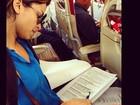 Sem descanso! Grazi Massafera estuda texto na ponte aérea