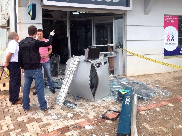 Com a explosão, agência de crédito ficou praticamente destruída; buscas estão sendo feitas pela região (Foto: Michelli Arenza / RPC TV)
