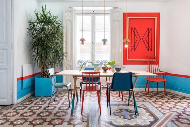 Décor do dia: sala de jantar azul e vermelha (Foto: reprodução)