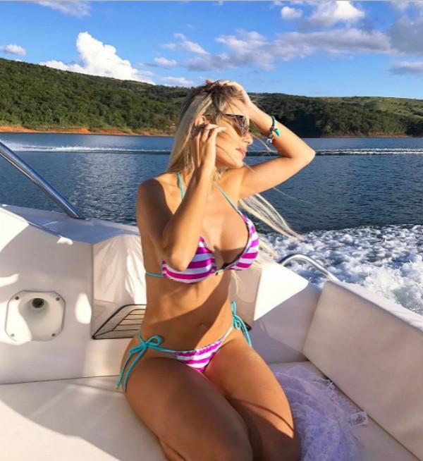 Letícia Santiago posa de biquíni em passeio de barco (Foto: Reprodução / Instagram)